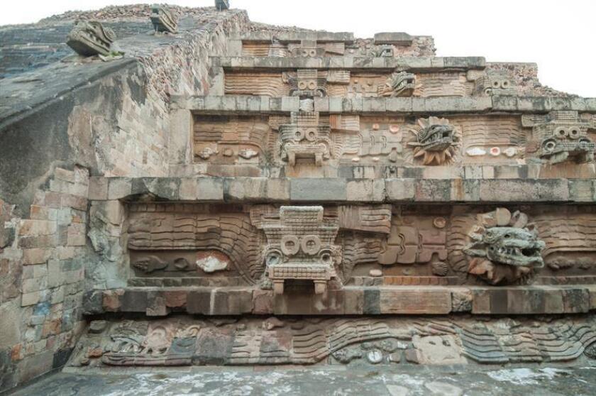 """Fotografía sin fecha específica, cedida hoy, sábado 6 de octubre de 2018, por el Museo de Arte de Phoenix, Arizona (EE.UU.), y facilitadas por el Instituto Nacional de Antropología e Historia (INAH) de México, muestra una vista de la fachada de la pirámide de la serpiente emplumada en México, ensamblada como un mosaico de esculturas grandes y pequeñas. El Museo de Arte de Phoenix (Arizona) inaugura hoy la exposición """"Teotihuacán: ciudad de agua, ciudad de fuego"""", con más de 200 objetos arqueológicos, algunos nunca vistos, descubiertos durante las exploraciones de las pirámides del Sol, de la Luna y de la Serpiente Emplumada. EFE/Jorge Pérez de Lara/Museo de Arte de Phoenix - INAH/SOLO USO EDITORIAL/NO VENTAS"""