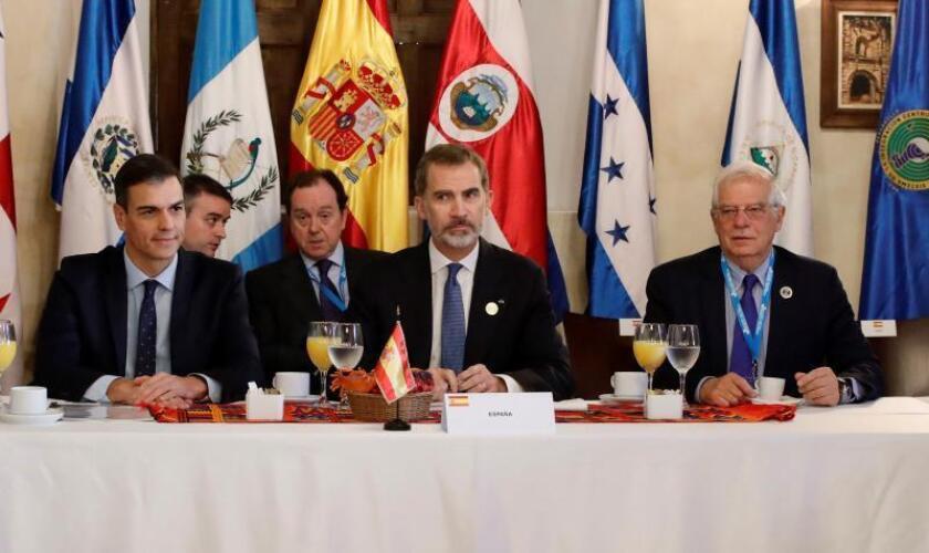 El presidente del Gobierno español, Pedro Sánchez (i), el rey Felipe VI y el ministro de Exteriores de España, Josep Borrell (d) participan en el desayuno oficial de la XXVI Cumbre Iberoamericana hoy, en Antigua (Guatemala). EFE