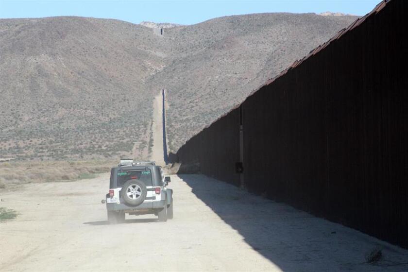 Un vehículo de la Patrulla Fronteriza vigila el muro fronterizo frente a las montañas de Jacumba, California, el sábado 28 de septiembre de 2013, donde los inmigrantes aprovechan los huecos en la barrera para cruzar hacia Estados Unidos. EFE/Archivo