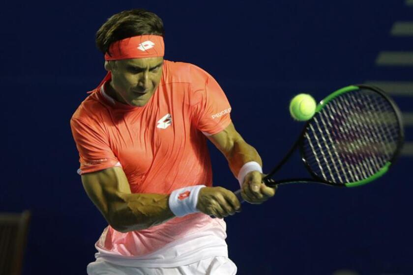 El tenista español David Ferrer devuelve una bola al alemán Alexander Zverev durante el partido de octavos de final del Abierto de tenis de México.(México). EFE