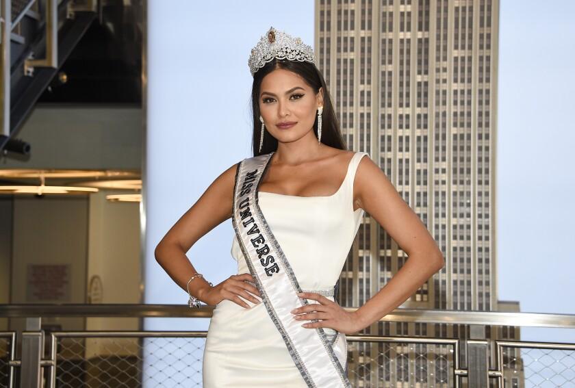 La nueva Miss Universo Andrea Meza, de México, posa para la prensa durante su visita al Empire State Building