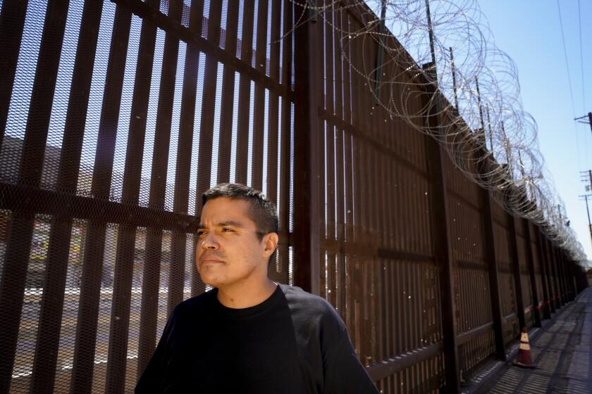 José Andrez López, de 37 años, se encuentra cerca de la valla fronteriza entre Estados Unidos y México
