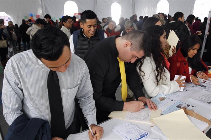 Decenas de mexicanos elaboran solicitudes de empleo. EFE/Archivo