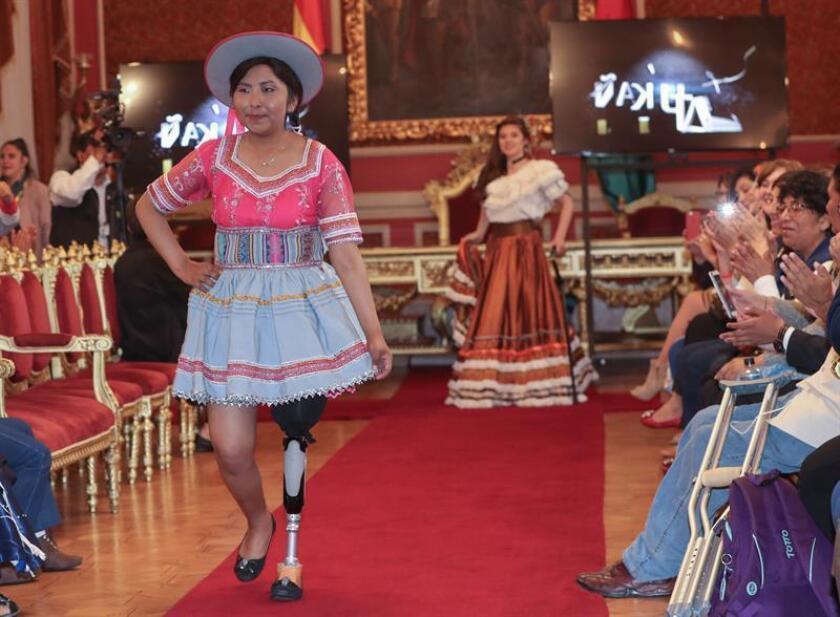 """Jóvenes desfilan en trajes típicos hoy en La Paz (Bolivia). Una treintena de jóvenes supervivientes del cáncer de trece países iberoamericanos y Marruecos llenaron hoy de color y alegría la sede del Ayuntamiento de La Paz, en un desfile de trajes típicos de sus naciones como preámbulo al """"Bionic Fashion Day"""", una pasarela benéfica prevista para este jueves. EFE"""
