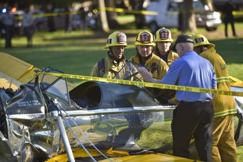 Personal de Servicios de Emergencias revisan el lugar donde una avioneta en la que viajaba el actor estadounidense Harrisson Ford chocó el jueves 5 de marzo de 2015, en un campo de gol cerca al aeropuerto Santa Mónica, en Venice, California (EE.UU.). EFE/Stuart Palley/Archivo