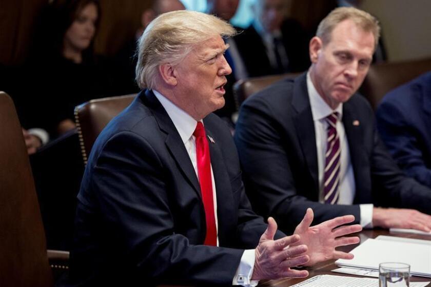 El presidente Donald J. Trump (Izq.) habla al lado del secretario interino de Defensa Patrick Shanahan (Der.) durante una reunión con miembros del gabinete de Trump en la sala del gabinete de la Casa Blanca en Washington, DC, EE. UU., el 02 de enero de 2019. EFE/Archivo