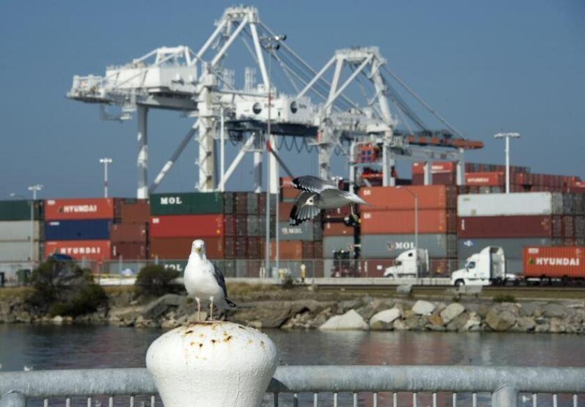 Vista de varios contenedores en el Puerto de Oakland, California (EEUU), donde llegan los barcos provenientes de Asia con productos de consumo. EFE/John G. Mabanglo/Archivo