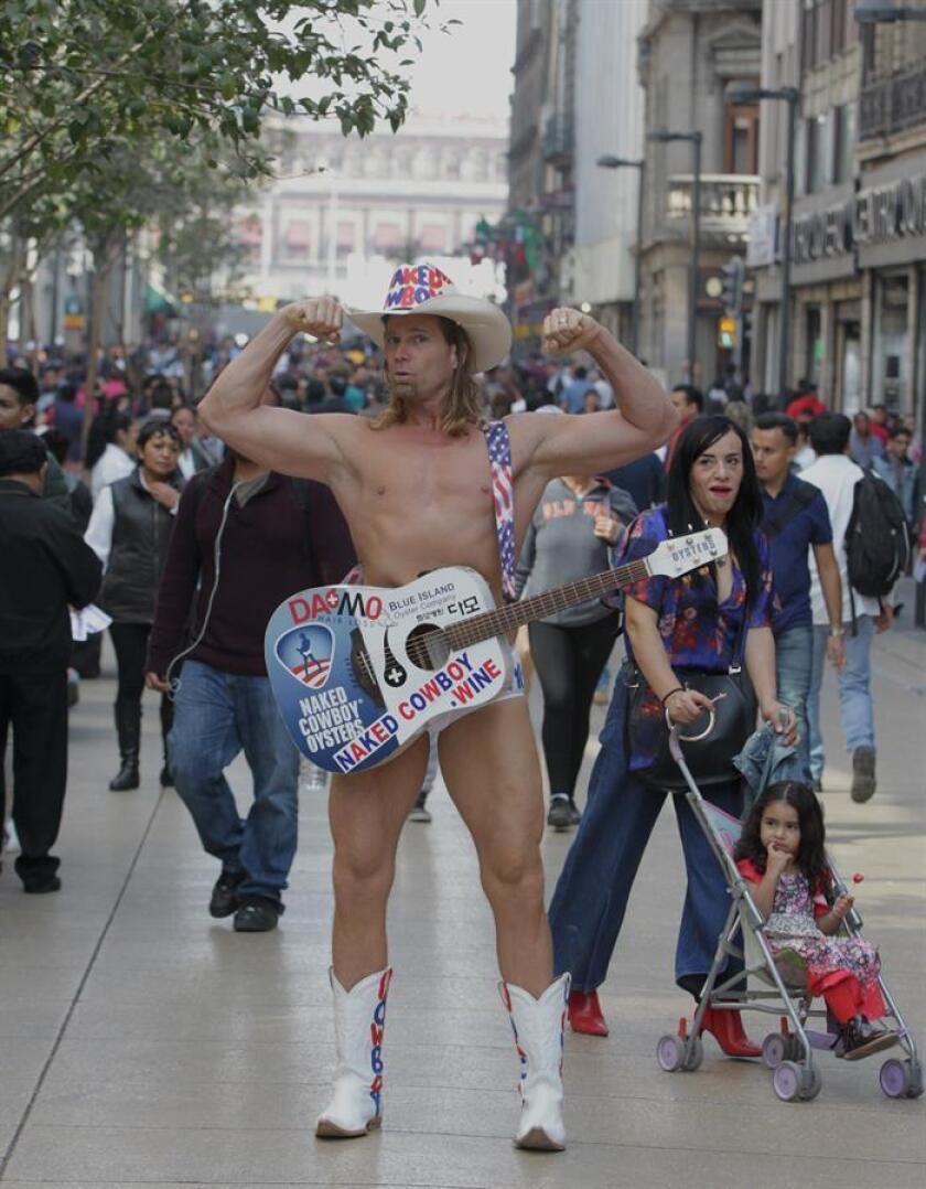 """El artista callejero estadounidense Robert John Burck, conocido como el """"Vaquero Desnudo"""", posa para una fotografía hoy, viernes 12 de enero de 2018, en Ciudad de México (México). EFE"""
