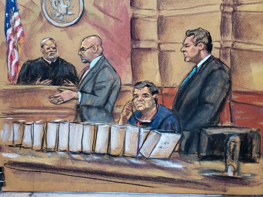"""Reproducción fotográfica de un dibujo realizado por la artista Jane Rosenberg donde aparece el narcotraficante mexicano Joaquín """"El Chapo"""" Guzmán (2d) mientras escucha a su abogado Eduardo Balarezo (2i) hacer su petición al juez Brian Cohan (i), junto a su colega Jeffrey Lichtman (d) durante una audiencia en la corte del distrito sur en Brooklyn, Nueva York (EE.UU.). EFE/Archivo"""