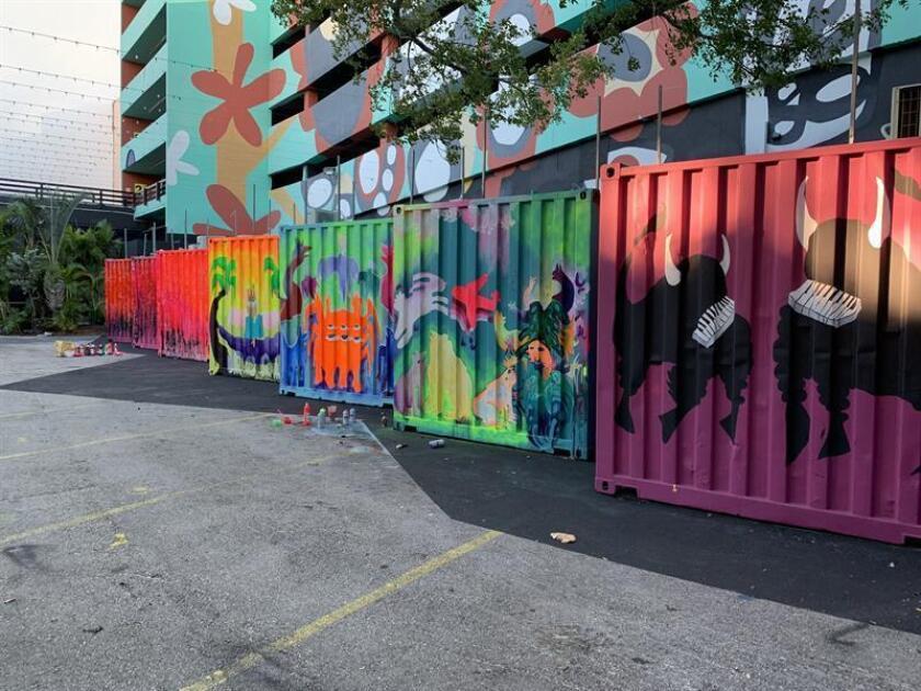 Fotografía cedida por el Centro Cultural Español de Miami (CCEMiami) donde se aprecian los siete contenedores dispuestos en su exterior, en los que se realiza el popular Microteatro Miami, pintados con un nuevo diseño firmado por el artista argentino Sebastián Boesmi. EFE/CCEMiami/SOLO USO EDITORIAL