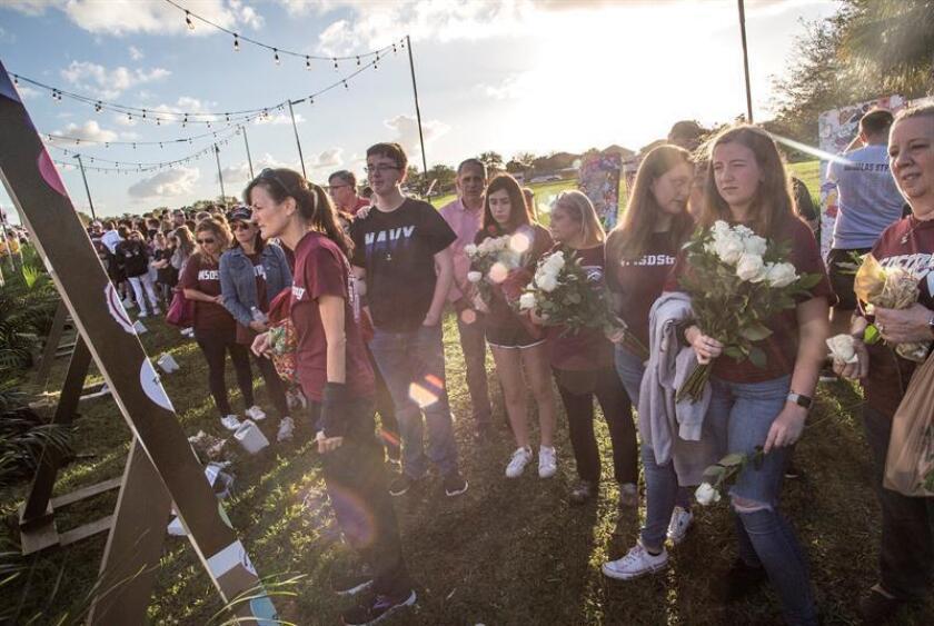 """Miembros de la comunidad asisten a la vigilia en memoria de las víctimas de la Escuela Secundaria Marjory Stoneman Douglas, el jueves 2 de febrero de 2019 en Parkland, Florida, (EE.UU.). La comunidad de Parkland (Florida) recordó este jueves con """"recogimiento"""", según dijo uno de sus vecinos, el tiroteo que el Día de San Valentín de 2018 acabó trágicamente con la vida de 14 estudiantes y 3 empleados de la escuela secundaria Marjory Stoneman Douglas (MSD). EFE/Archivo"""