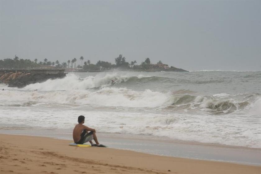 Rescates, cierre de escuelas y carreteras por alto oleaje al norte de P.Rico