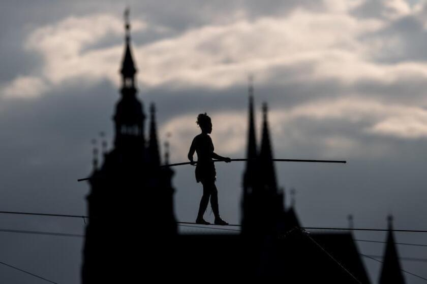 Una equilibrista francesa recorre 350 metros sobre el río Moldava sin seguros