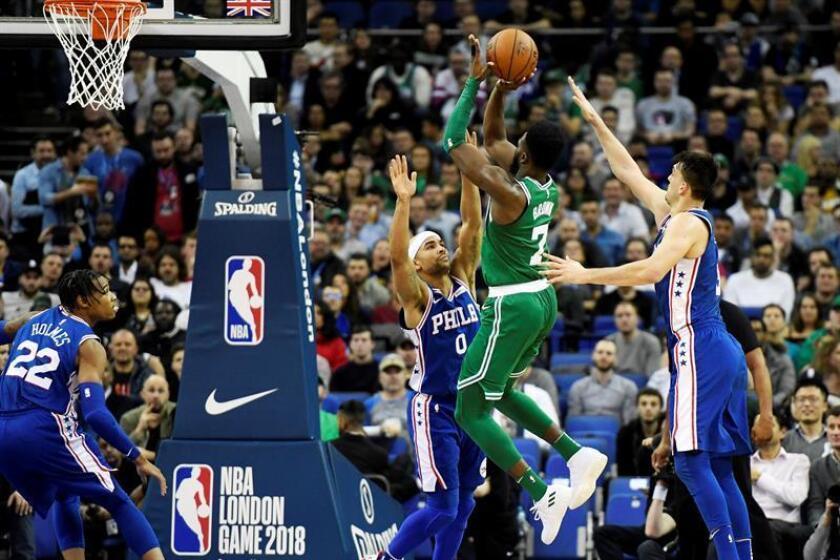 Jaylen Brown (2-d) de Boston Celtics salta para encestar delante de Jerryd Bayless (c) de Philadelphia 76ers, en un juego de la NBA entre Philadelphia 76ers y Boston Celtics realizado en Londres. EFE