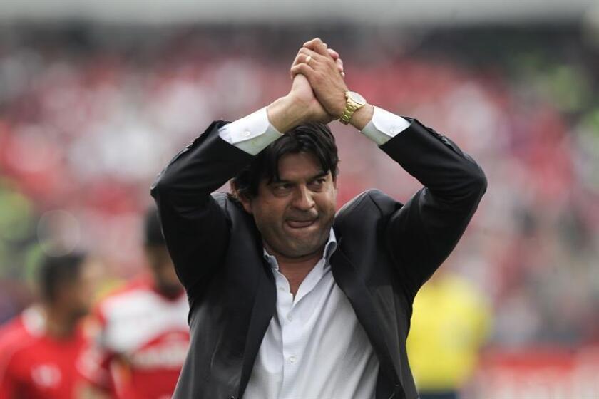 """El paraguayo José Saturnino Cardozo, entrenador de las Chivas de Guadalajara del fútbol mexicano dijo hoy que el equipo """"no se va a relajar"""" ni se confía por estar en los primeros lugares en el torneo Apertura 2018. EFE/ARCHIVO"""