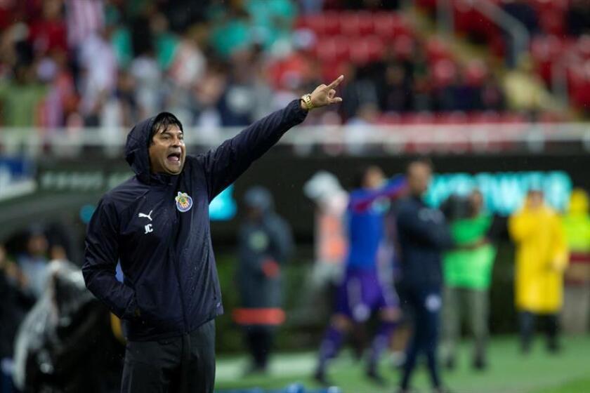 El técnico José Cardozo de Chivas da instrucciones a sus jugadores durante el partido correspondiente a la jornada 2 del torneo mexicano de fútbol celebrado hoy, sábado 28 de julio de 2018, en el estadio Akron de la ciudad de Guadalajara, Jalisco (México). EFE