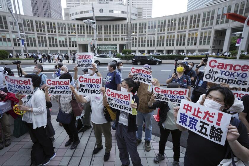 Un puñado de manifestantes pide la cancelación de los Juegos Olímpicos de Tokio frente al edificio municipal