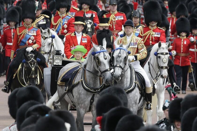 La reina Isabel II y el príncipe Felipe pasean en un carruaje tirado por caballos durante el desfile Trooping The Colour en el Palacio de Buckingham, en Londres, el sábado 11 de junio de2016. La reina Isabel II y su familia celebraron el sábado el cumpleaños 90 de la monarca. (AP Photo/Tim Ireland)