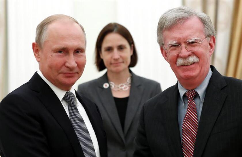 El presidente ruso, Vladímir Putin (i), recibe al asesor de seguridad nacional de la Casa Blanca, John Bolton (d), en el Kremlin de Moscú, Rusia, hoy, 23 de octubre de 2018. El Gobierno ruso reiteró hoy su rechazo a que se rompa el tratado de armas nucleares intermedias (INF, por sus siglas en inglés) con EEUU sin una alternativa para un nuevo acuerdo sobre la mesa. EFE