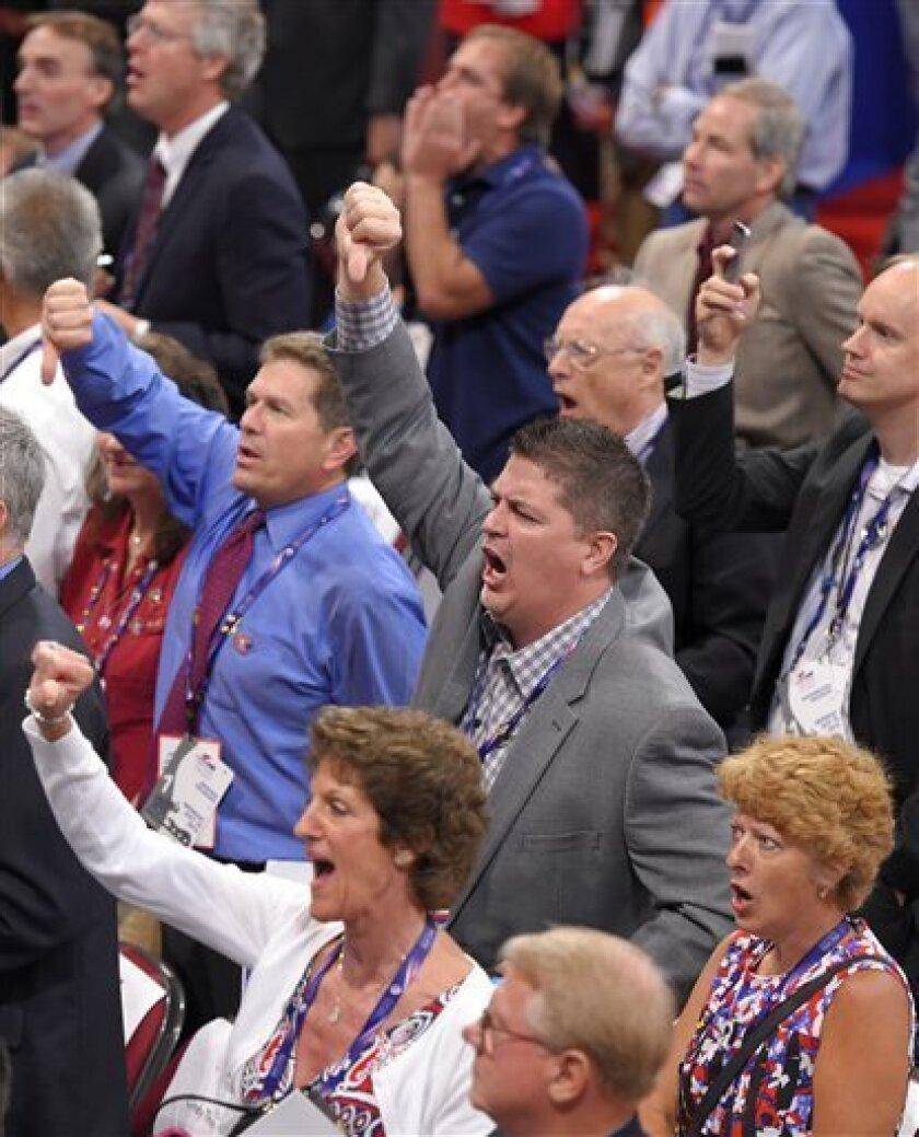 Algunos delegados muestran su inconformidad durante la adopción de las reglas en el primer día de la Convención Nacional Republicana que se realiza en Cleveland el lunes 18 de julio de 2016. (AP Foto/Mark J. Terrill)