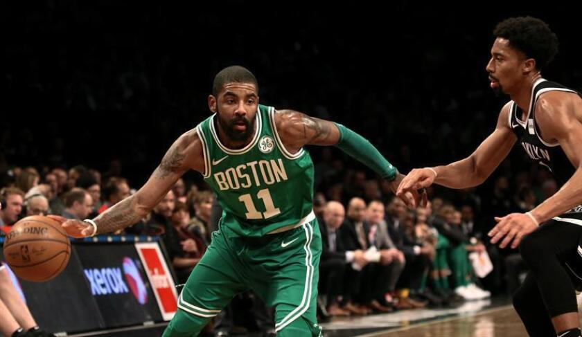 Boston Celtic guard Kyrie Irving (L) dribbles around Brooklyn Net guard Spencer Dinwiddie (R) in the first half of their NBA basketball game at Barclays Center in Brooklyn, New York, USA, 06 January 2018. EFE