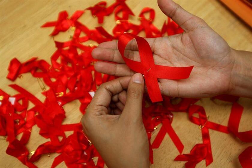 Lazos rojos durante una campaña de concienciación sobre la prevención del contagio del sida. EFE/Archivo