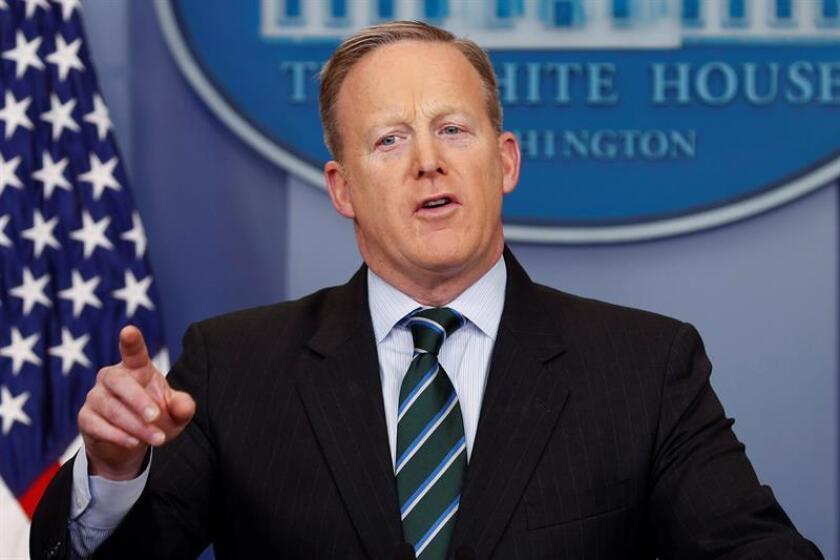 El portavoz de la Casa Blanca, Sean Spicer, adelantó a los periodistas a bordo del Air Force One que Trump firmará esa orden hoy mismo. EFE/ARCHIVO