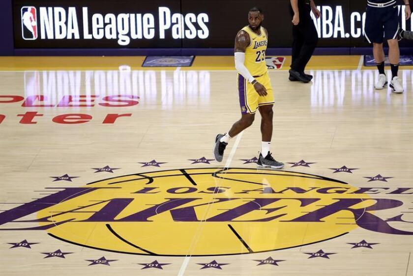 LeBron James de los Lakers reacciona durante un partido de baloncesto de la NBA. EFE/Archivo