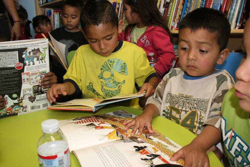 Niños leyendo en la biblioteca.