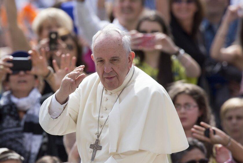 Foto de ARCHIVO del 15 de junio de 2015 del Papa Francisco, quien el domingo 05 de julio de 2015 comienza una gira por Ecuador, Bolivia y Paraguay. Para expertos , el Pontífice llega al continente con mayor número de católicos después varios gestos hacia la región que han revitalizado el catolicismo.