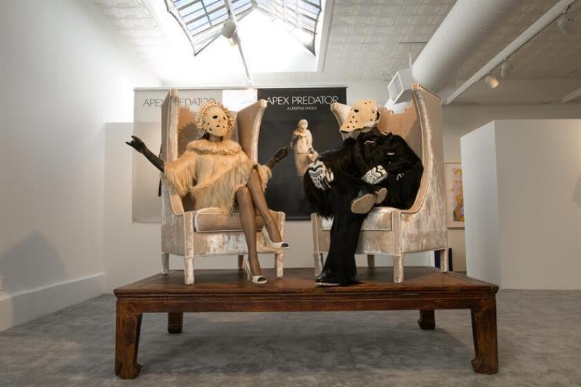 """La obra """"Mujer y Hombre Superhumanos"""", compuesta por dos esculturas de tamaño natural con vestidos hechos con cabello humano, calzado de lujo con dientes y una corona elaborada con partes de una columna espinal, creada por el dúo artístico compuesto por la ucraniana Mariana Fantich y el británico Dominic Young para su instalación """"Apex Predator""""."""