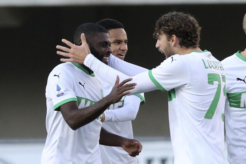 Jeremie Boga (izquierda) del Sassuolo celebra con Manuel Locatelli tras anotar un gol