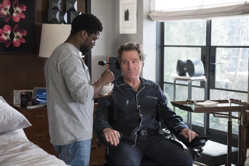 """Fotograma cedido por STX Entertainment donde aparecen los actores Kevin Hart (i) como Dell y Bryan Cranston (d) como Phillip, durante una escena de la cinta """"The Upside"""" que se presenta como una de las principales novedades del fin de semana en la cartelera. EFE/David Lee/STX Entertainment/SOLO USO EDITORIAL/NO VENTAS"""