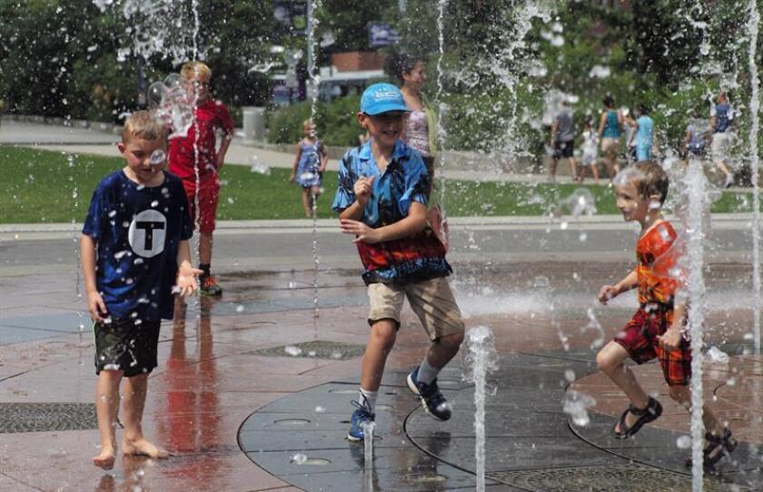 Niños juegan en una fuente junto al paseo Rose Kennedy en Boston (EE.UU.). EFE/Archivo