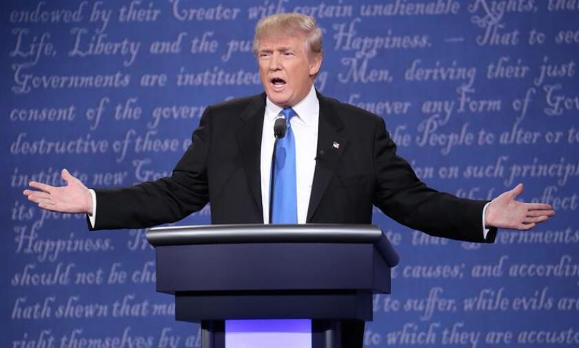 El magnate estadounidense Donald Trump, candidato republicano a la Casa Blanca, declaró una pérdida de 916 millones de dólares en su declaración de impuestos de 1995, lo que pudo haberle permitido evitar legalmente pagar impuestos sobre la renta durante 18 años, informó hoy el diario The New York Times.