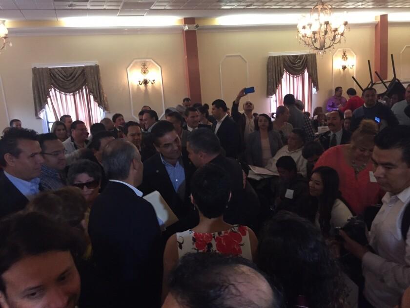 Silvano Aureoles, gobernador de Michoacán, platica con sus connacionales a su llegada a la Plaza México en Los Ángeles, donde habló de sus planes e inauguró el primer Foro de Consulta de Participación Ciudadana.