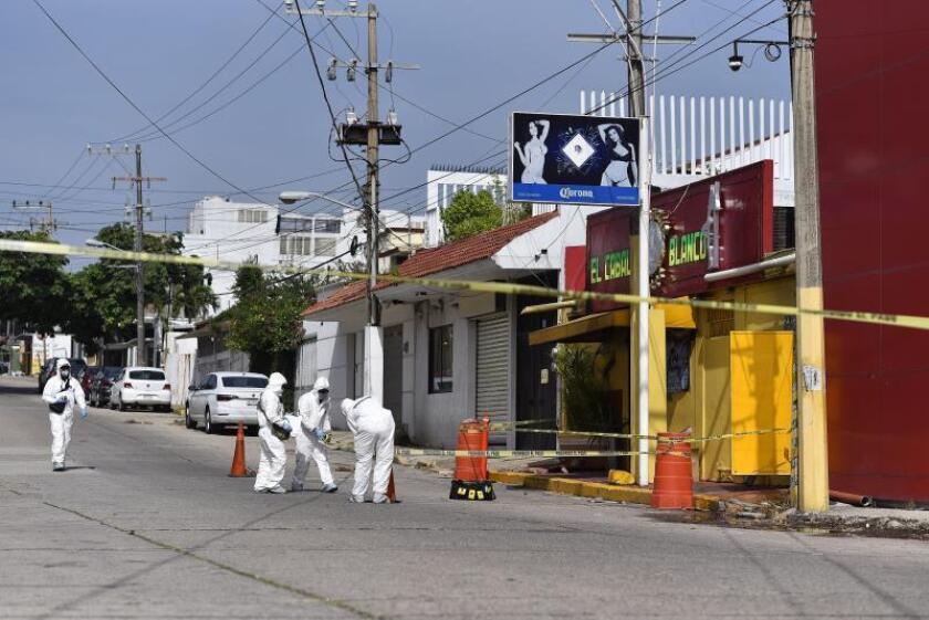 Expertos forenses continúan con las investigaciones en el bar El Caballo Blanco, en la ciudad de Coatzacoalcos, en el estado de Veracruz (México). EFE/Ángel Hernández