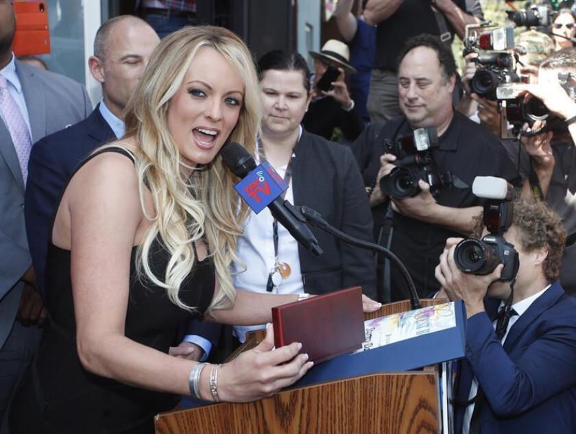La exactriz pornográfica Stormy Daniels, también conocida como Stephanie Clifford, recibe la llave de la ciudad de West Hollywood el 23 de mayo de 2018. EFE/Archivo