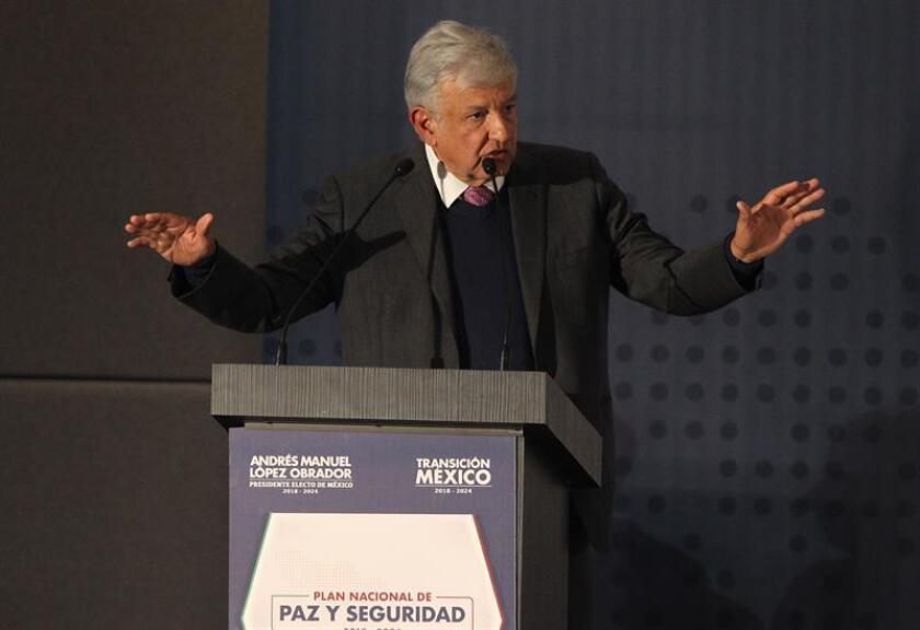 El presidente electo de México Andrés Manuel López Obrador, habla hoy en Ciudad de México (México), durante la presentación del Plan Nacional de Paz y Seguridad 2018-2024, entre cuyos ejes está la creación de una Guardia Nacional para combatir la violencia e inseguridad en el país. EFE