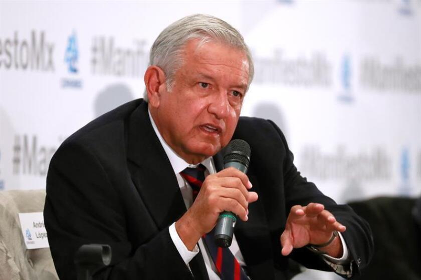 """El candidato izquierdista Andrés Manuel López Obrador emitió su voto en el sur de la capital y afirmó que los mexicanos deciden hoy """"entre más de lo mismo o un cambio verdadero"""" que acabe con la corrupción. EFE/Archivo"""
