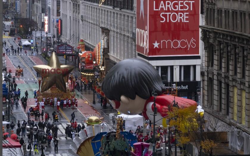 Diversas carrozas que participan en el desfile de Macy's por el Día de Acción de Gracias el jueves 26