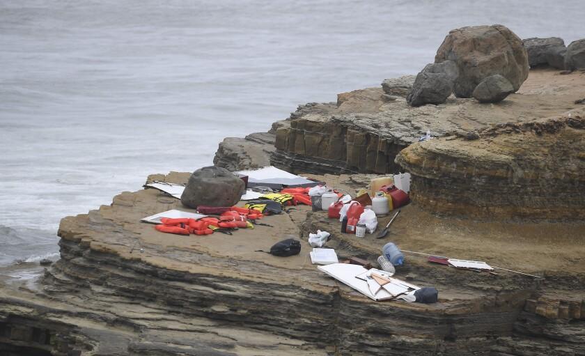 Objetos de un barco con migrantes que naufragó frente a la costa de San Diego el 2 de mayo de 2021.