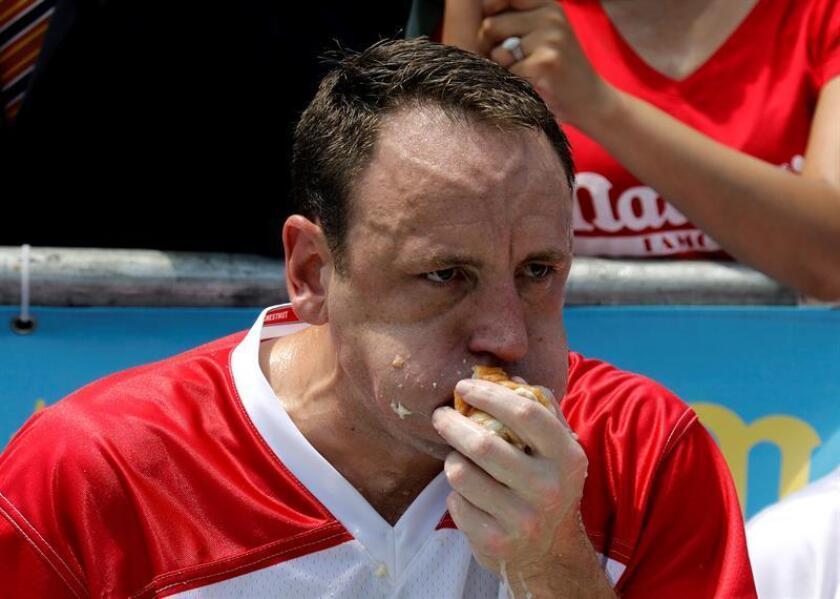 El estadounidense Joey Chestnut participa en un concurso de comer perritos calientes en Nueva York (Estados Unidos). EFE/Archivo