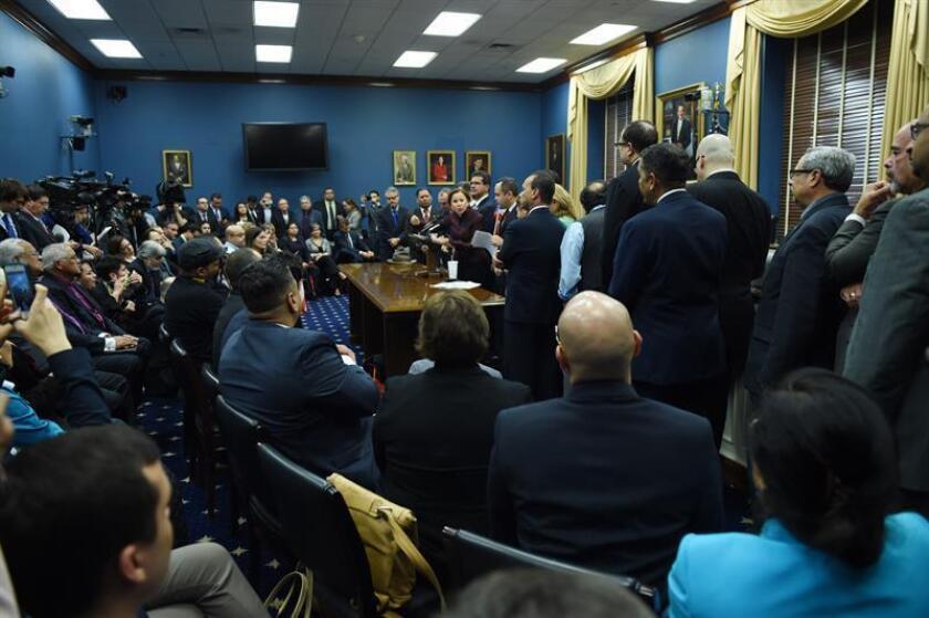 Decenas de congresistas, senadores y representantes de diferentes estados, así como líderes de la sociedad civil, exigieron EL 12 de febrero de 2015 en el Capitolio federal la aprobación de una ley que resuelva la crisis de la deuda de Puerto Rico, que amenaza servicios públicos como la sanidad o la educación. EFE/Archivo
