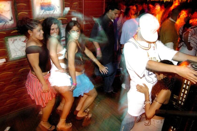 """Los amantes del estilo de moda se enfrascan frecuentemente en sesiones de bailes con connotaciones sexuales que denominan """"perreo""""."""