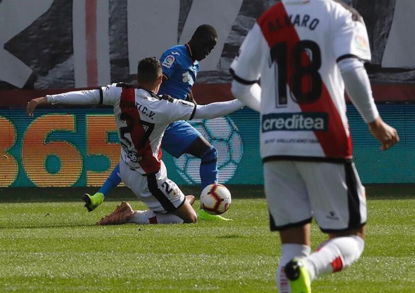 El centrocampista senegalés del Getafe Amath Ndiaye (detrás) pelea un balón con el centrocampista del Rayo Vallecano Santiago Comesaña en el partido de la novena jornada de la liga. EFE/Archivo