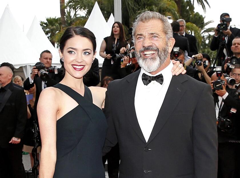 El actor Mel Gibson (D) y su novia Rosalind Ross, la guionista está embarazada. EFE/EPA/SEBASTIEN NOGIER