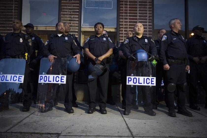 Un juez exculpó hoy de todos los cargos al teniente Brian Rice, el policía de más alto rango acusado de no impedir las heridas mortales que sufrió bajo custodia policial el joven negro Freddie Gray en Baltimore (Maryland) en abril de 2015.