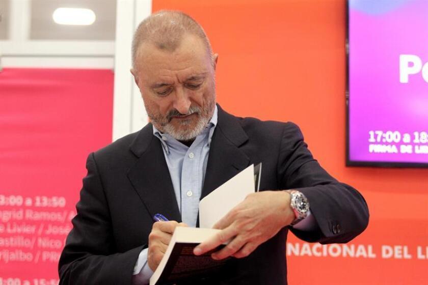 "Pérez-Reverte dice que escribir le hace el mundo ""asombrosamente soportable"""