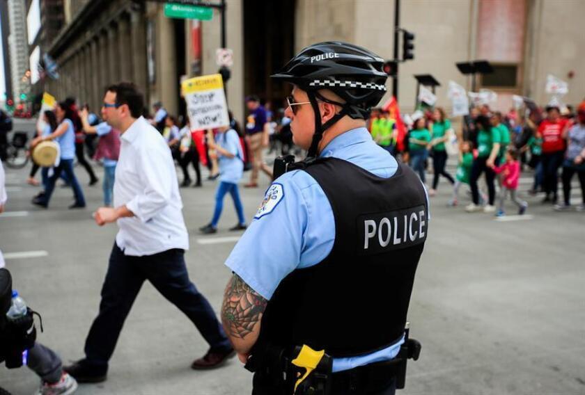 Un policía monta guardia durante una protesta del Primero de Mayo en Chicago (EE.UU.), el martes 1 de mayo de 2018. EFE/Archivo